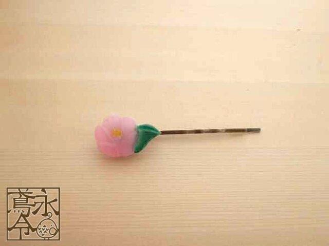 ヘアピン 葉っぱつきのピンク色の椿(左)の画像1枚目