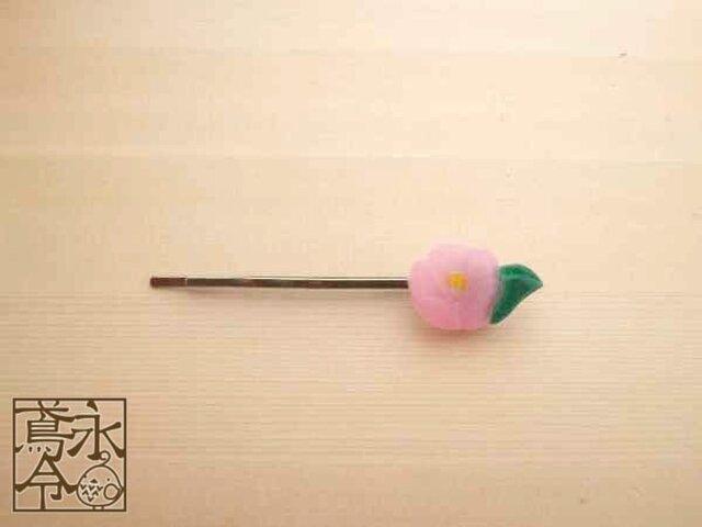 ヘアピン 葉っぱつきのピンク色の椿(右)の画像1枚目