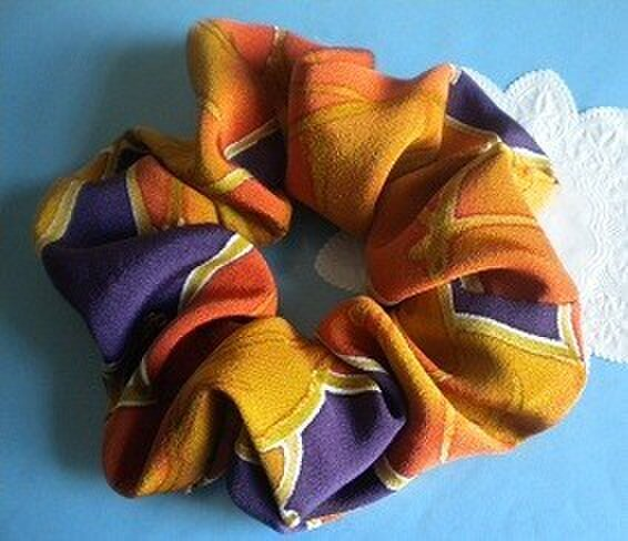 正絹・和柄のシュシュ(茄子紫に葉)の画像1枚目