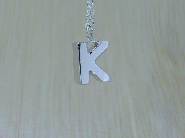 【K】アルファベット文字のペンダント+チェーン付きの画像1枚目