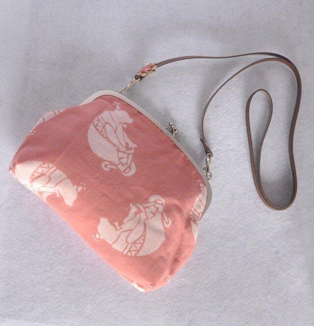 草木染&手縫/持ち手選べるがま口バッグ/くまさん×小花の画像1枚目