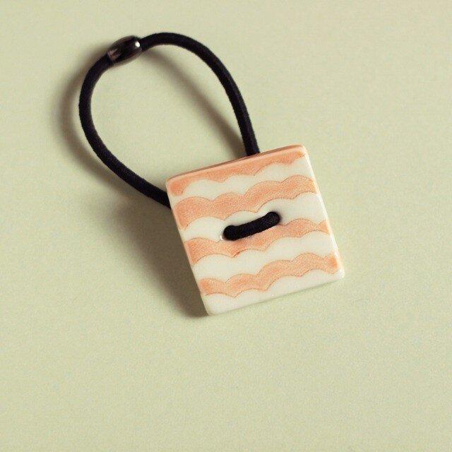 磁器ボタンゴム・四角 ナミ ピンクの画像1枚目