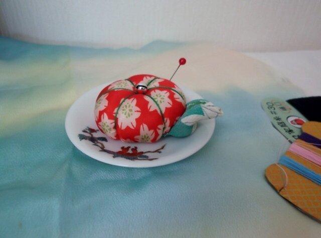 豆皿の針山/赤に白の花の画像1枚目