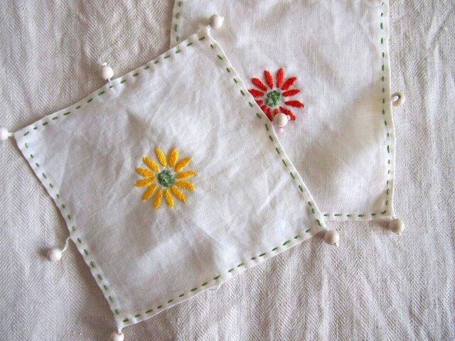 デイジーの刺繍をしたリネンのジャグ&グラスカバーの画像1枚目