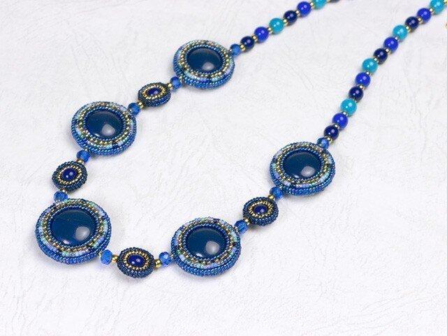 円形パフのネックレス・コバルトブルーの画像1枚目