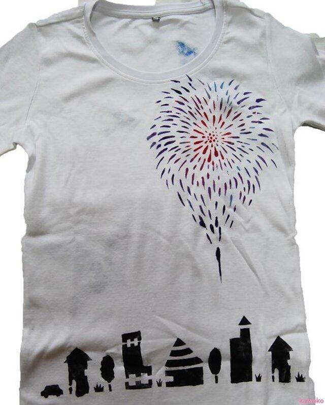 夏、花火あがる空のTシャツの画像1枚目