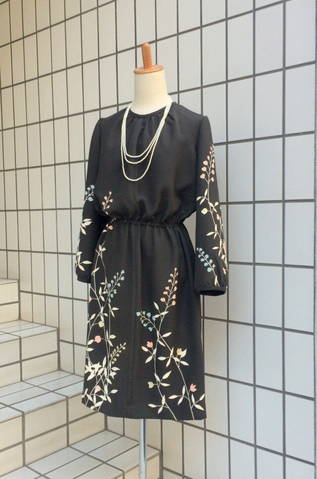 【SOLD OUT】留袖を使った黒地花柄のワンピースの画像1枚目