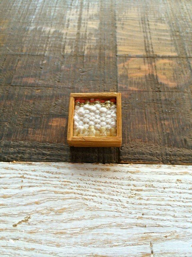 木と裂き織りのブローチ 小03の画像1枚目