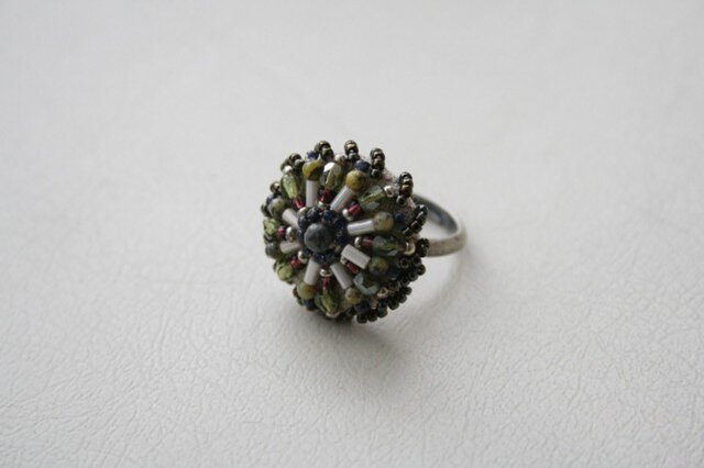 ビーズボタンのリングの画像1枚目