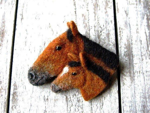 馬の親子ブローチ -栗毛編ーの画像1枚目