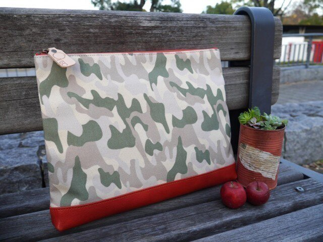 革と帆布のクラッチバッグ(カモフラ柄×レッド)Orecの画像1枚目