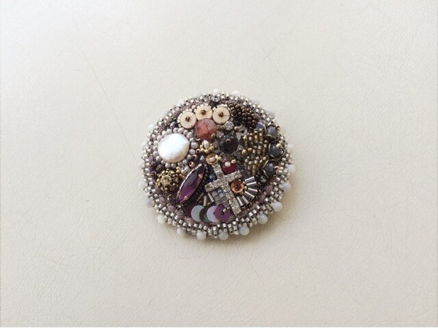 eikoさま ご注文品  天然石のお花の咲くビーズ刺繍のブローチの画像1枚目