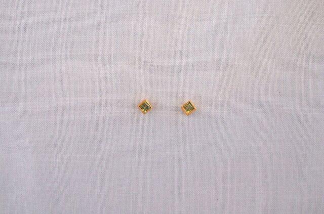 basic square pierce/peridotの画像1枚目