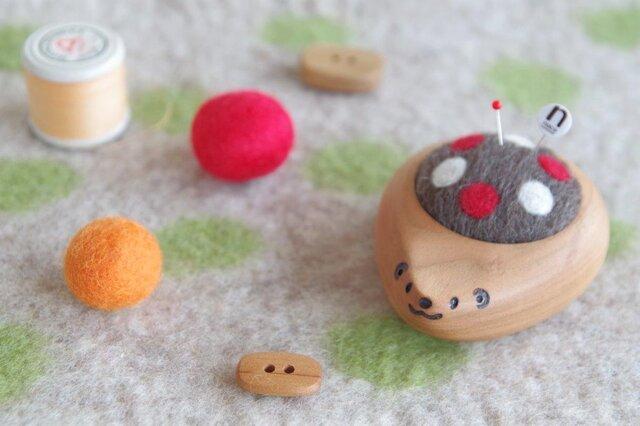 ハリネズミの羊毛ピンクッション【針山】水玉 赤色の画像1枚目