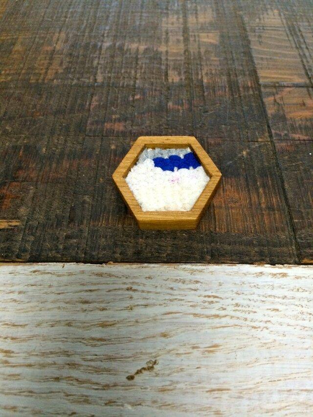 木と裂き織りのブローチ 六角02の画像1枚目