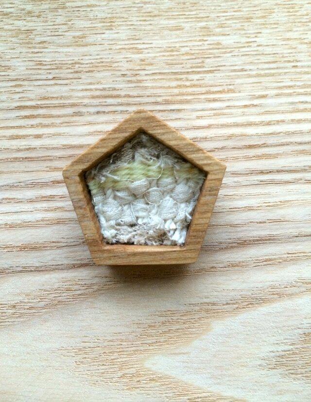 木と裂き織りのブローチ 五角01の画像1枚目