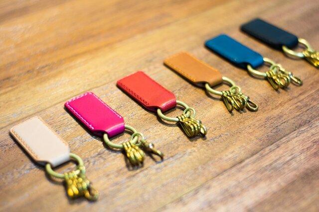 革と真鍮のキーホルダー(カラーオーダー可)の画像1枚目