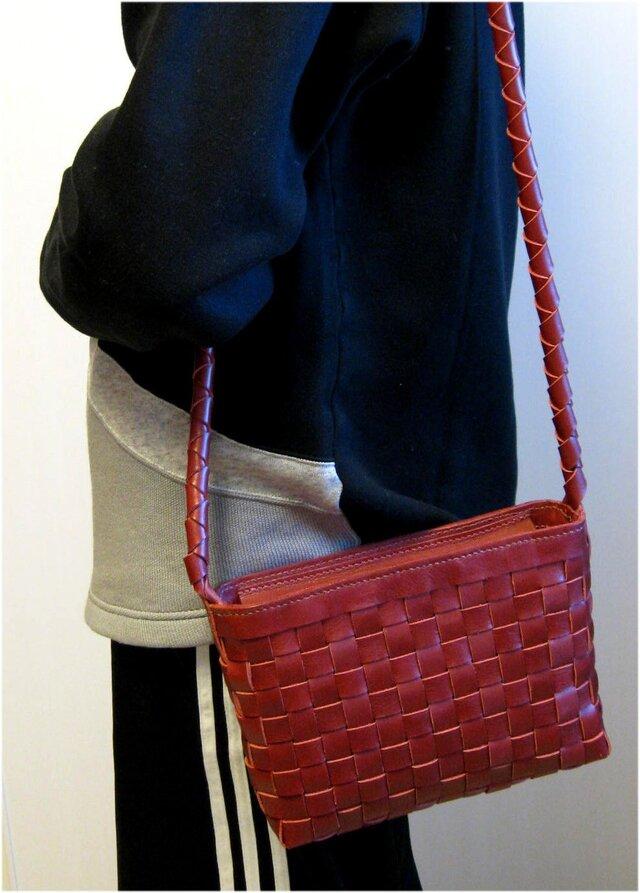 赤の牛革で出来たスクエア編みのショルダーの画像1枚目