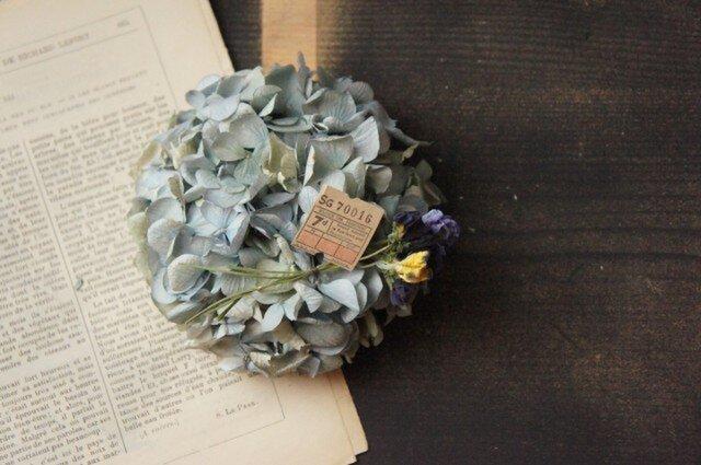 水色紫陽花とパンジーののリースの画像1枚目