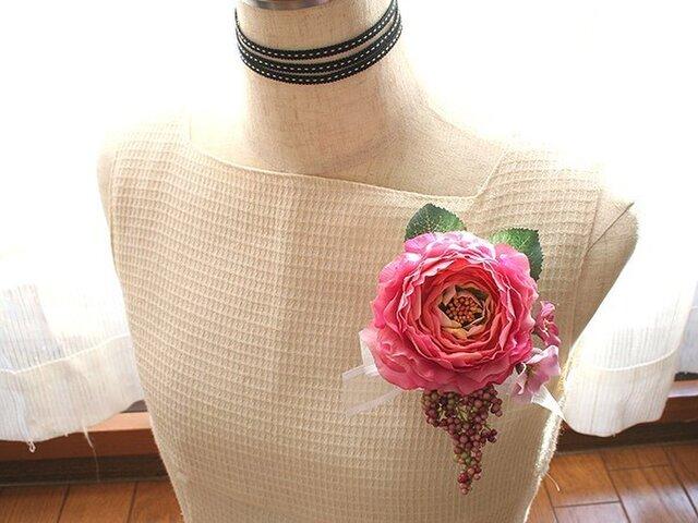 ホットピンク色のラナンキュラスの2wayコサージュの画像1枚目