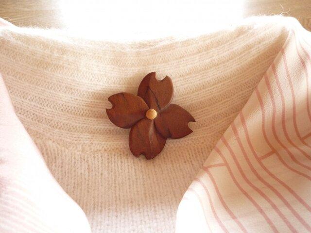 ハナミズキ サクラの木の花のブローチの画像1枚目