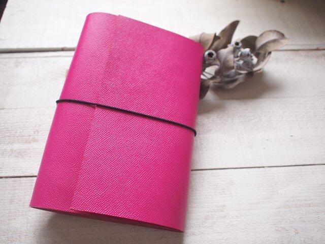 本革 難・A5手帳カバー 鮮やかピンクでくるんと 切り口直線の画像1枚目