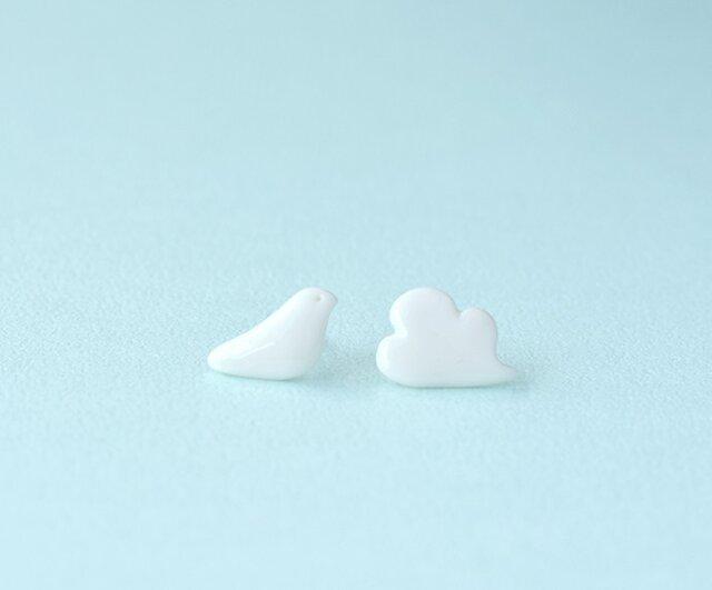 白磁のピアス(鳩雲)の画像1枚目