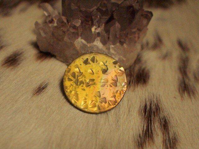 虹色真鍮ブローチ 三角お月様1の画像1枚目