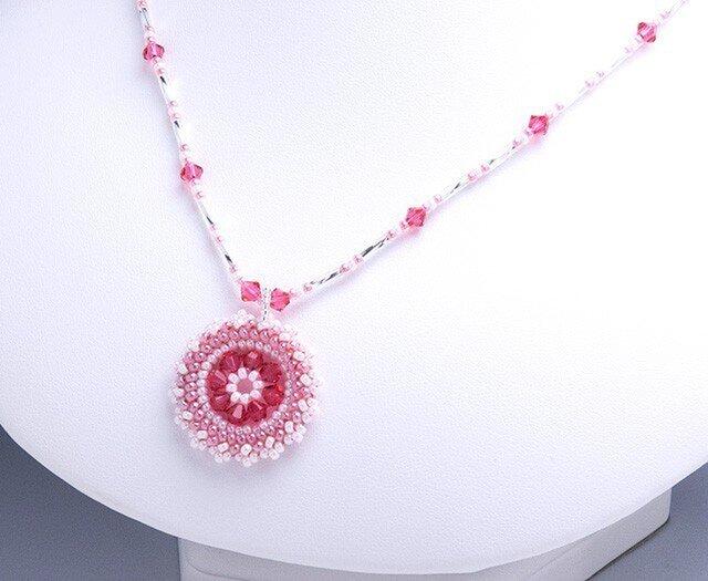 スワロフスキーの花模様のサークルペンダント・ピンクの画像1枚目