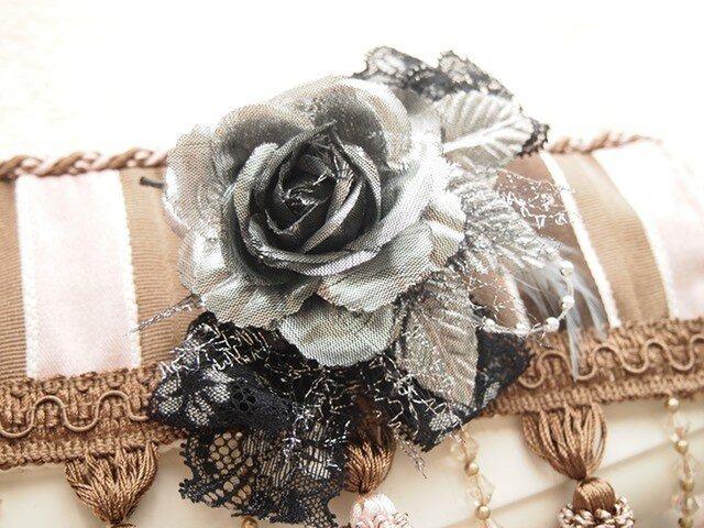 縦リボンがおしゃれシルバーローズの華やかコサージュの画像1枚目