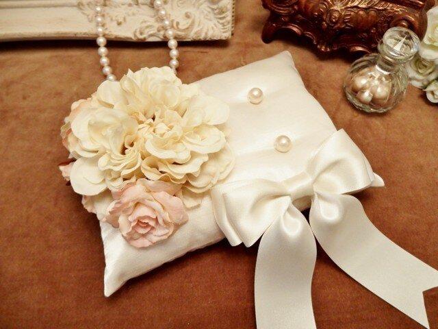 花束とリボンのリングピロー(オフホワイト)の画像1枚目