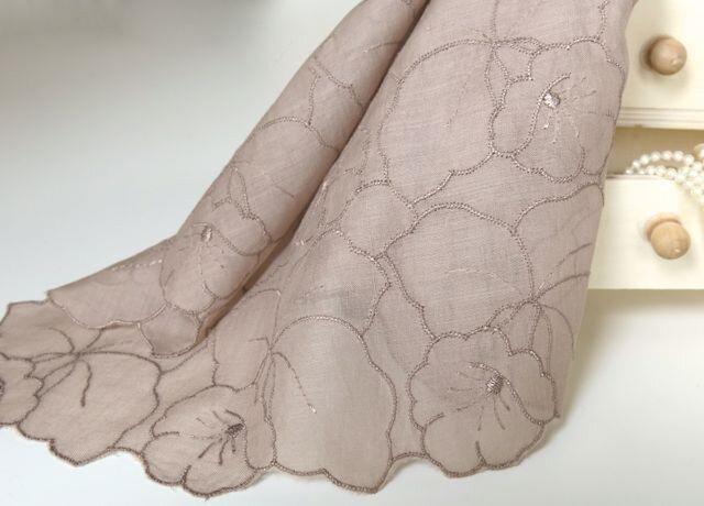 草木染刺繍ハンカチ蘭(モカ茶)の画像1枚目