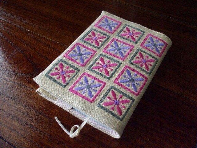 四角刺繍の文庫本ブックカバー 綿混かつらぎ 生成りの画像1枚目