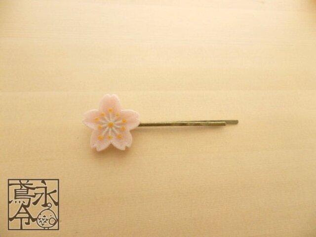 ヘアピン 乳白ピンク色の小桜(左)の画像1枚目