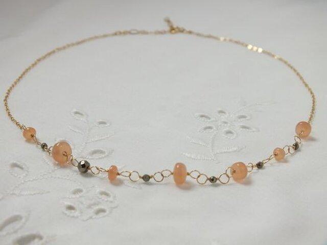 オレンジムーンストーンとパイライトのネックレスの画像1枚目