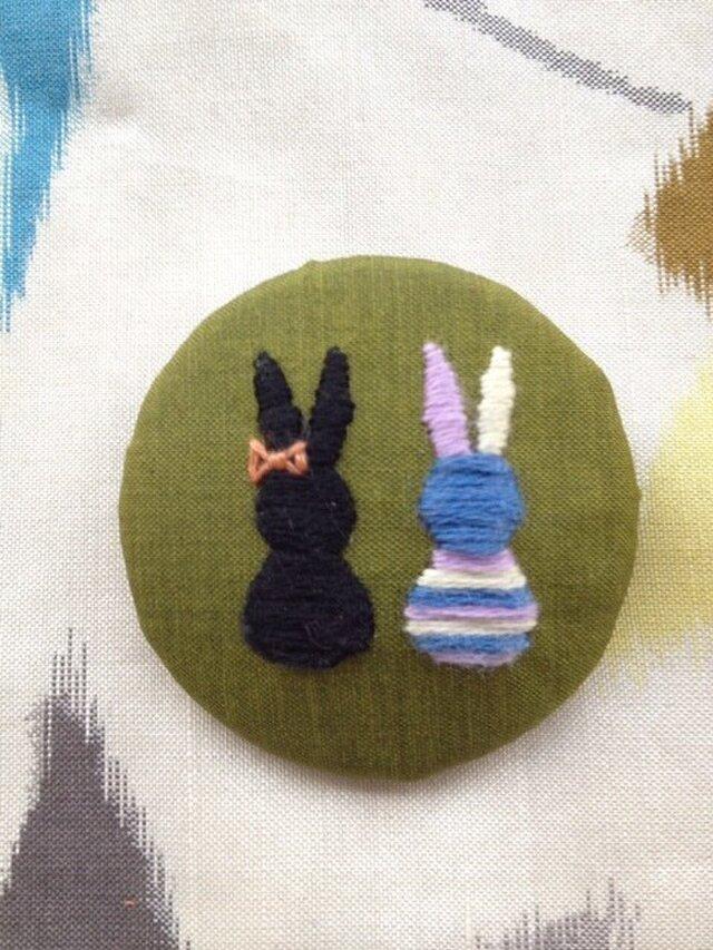 八月のうさぎブローチ HB004  銘仙 刺繍 バッジの画像1枚目