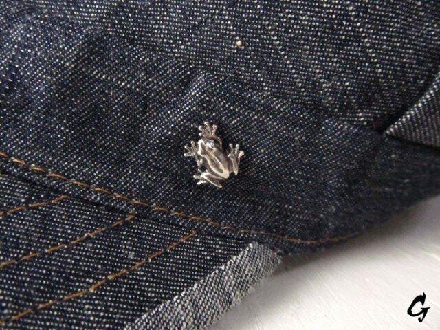 小さなカエルのピンブローチの画像1枚目