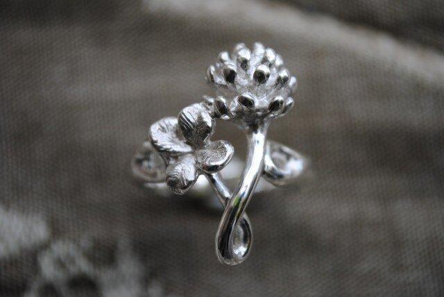 【受注制作】しろつめ草の花&四つ葉のリング(垂直)の画像1枚目