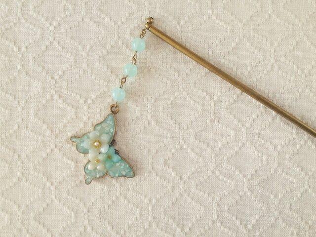 染め花を樹脂加工した小花と蝶のかんざし(エメラルドグリーン)の画像1枚目