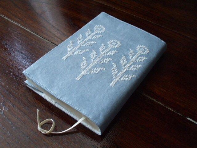 クロスステッチ花刺繍の文庫本ブックカバー ライトブルー×オフ白の画像1枚目