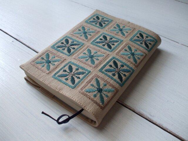四角刺繍の文庫本ブックカバー 綿混かつらぎ 生成り×グリーン系の画像1枚目
