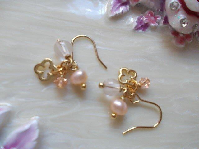 ゴールドのお花とピンク石のプチピアスorイヤリング(選択可能)の画像1枚目