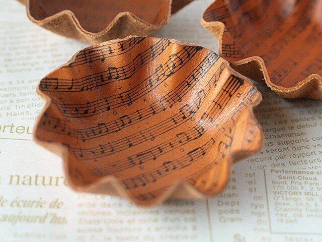 カップケーキ型・革のミニトレイ<楽譜・ベージュ>の画像1枚目