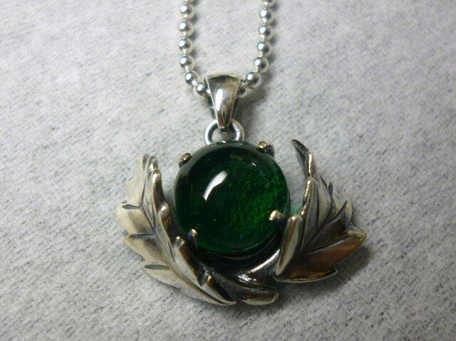緑のガラスと葉っぱのペンダントの画像1枚目
