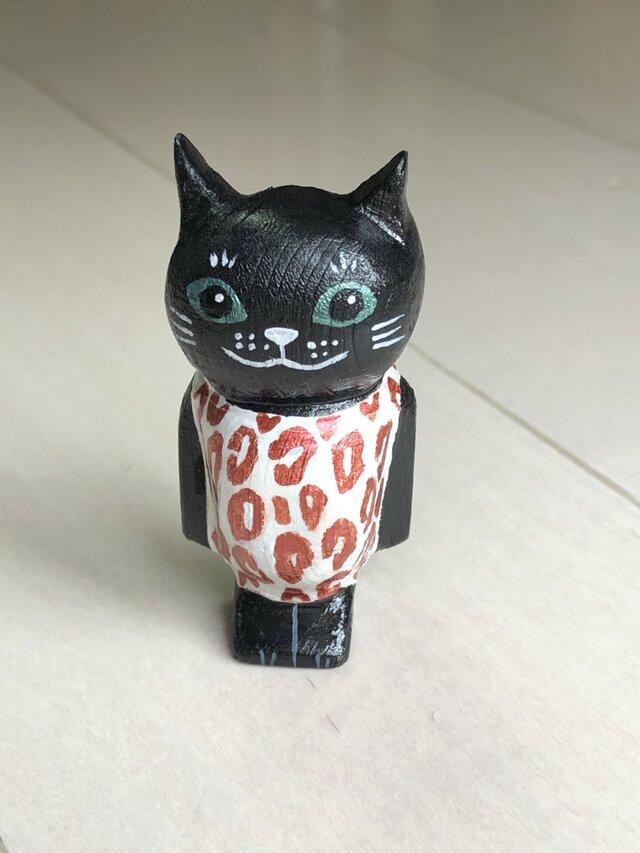 ヒョウ柄の服を着た黒猫マグネットの画像1枚目