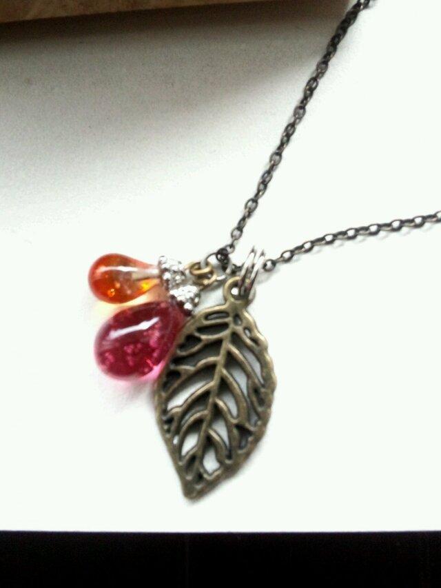 葉っぱとしずくのネックレスの画像1枚目