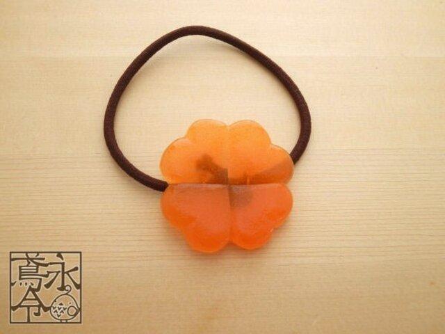 髪ゴム 橙色の大きめクローバーの画像1枚目
