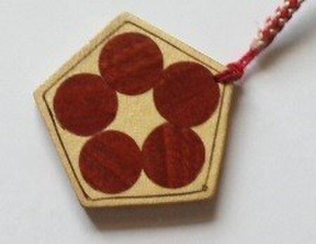 木象嵌の梅鉢風、紅白の根付の画像1枚目