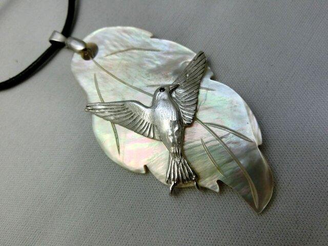 白蝶貝の鳥ペンダントの画像1枚目