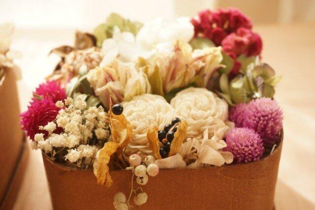 wood boxに詰めた花の画像1枚目